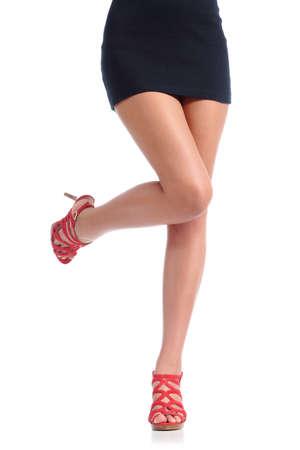 白い背景に分離されたハイヒール髪除去概念と滑らかな女性の足