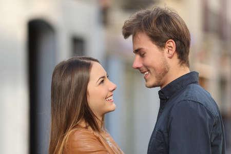 Profiel van een gelukkige paar kijken elkaar aanhankelijk in de straat