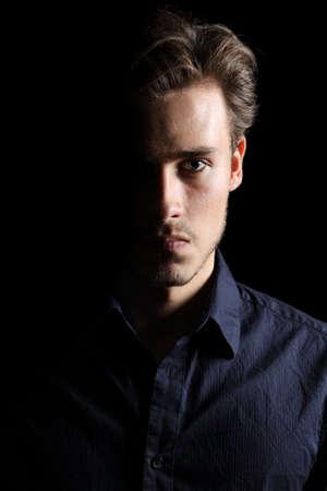Portret van een boze man expressie geïsoleerd op een zwarte achtergrond Stockfoto