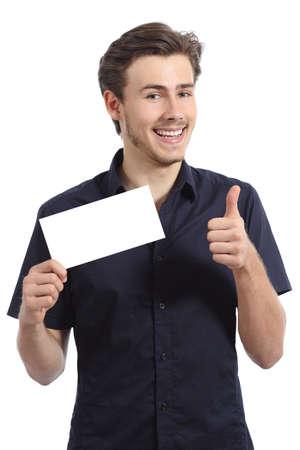 uomo felice: Uomo felice che mostra una carta in bianco gesticolare thumbs up isolato su uno sfondo bianco