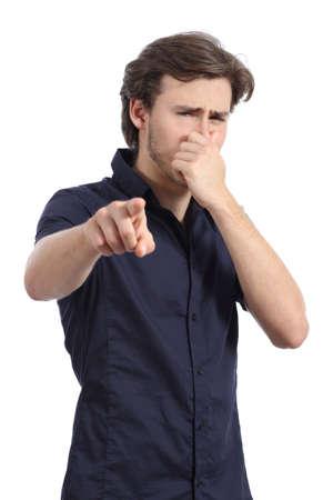 Hombre que señala en usted con la celebración de la mano de la nariz porque el mal hedor aislado en un fondo blanco Foto de archivo