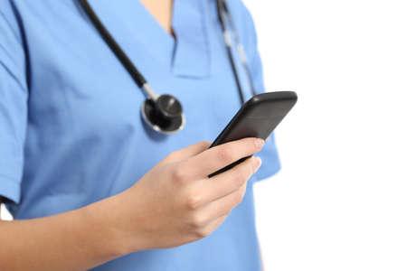 doctores: Cierre plano de una mano enfermera usando un tel�fono inteligente aislado en un fondo blanco
