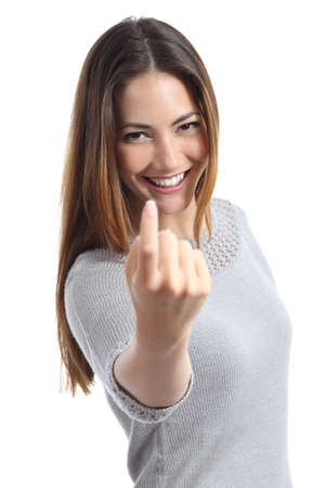Mujer feliz gesticular haciendo señas aislado en un fondo blanco