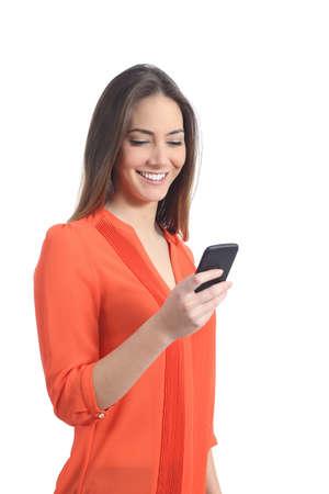 vrouwen: Vrouw, gekleed in een oranje shirt met behulp van een mobiele telefoon geïsoleerd op een witte achtergrond