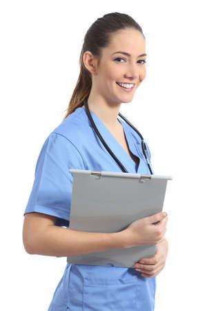 consulta médica: Estudiante enfermera practicante joven posando y sosteniendo un historial médico aislado en un fondo blanco Foto de archivo