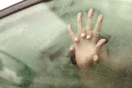 sexo pareja joven: Pareja de la mano que tienen relaciones sexuales dentro de un coche con una ventana humeante