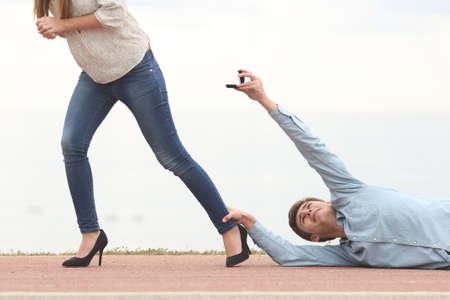 Mann von seiner Freundin einen Heiratsantrag abgelehnt, wenn