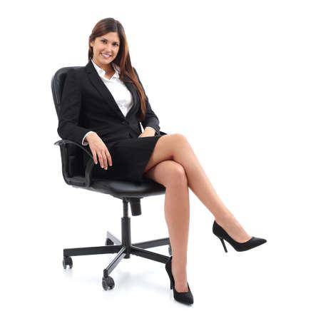 白い背景に分離された椅子に腰掛けて、エグゼクティブ ビジネス女性