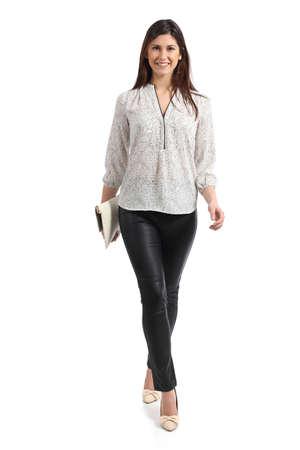 白い背景で隔離の歩行エレガントな女性の正面