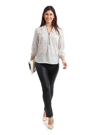 persona de pie: Vista frontal de una mujer elegante caminar aislado en un fondo blanco Foto de archivo