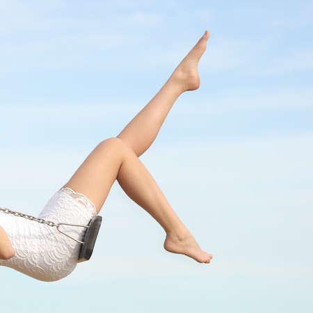 piernas: Mujer perfecta depilación piernas depilación balanceo con el cielo azul en el fondo
