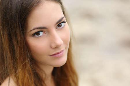 Retrato de una mujer hermosa con grandes ojos y la piel suave mirando a la cámara Foto de archivo - 37323178