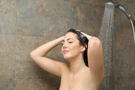junge nackte m�dchen: Entspannte Frau Duschen Reinigung ihr Haar mit Seife in der Dusche im Wasserstrahl