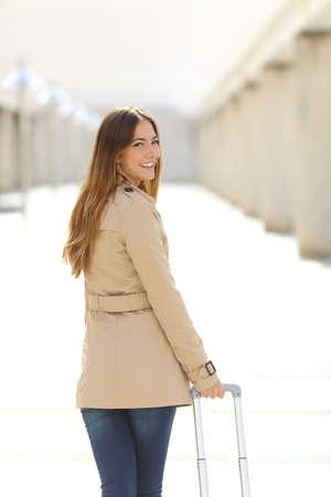persona caminando: Viajero de la mujer turista caminando y mirando a la c�mara a trav�s de un pasillo de un aeropuerto