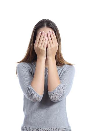 Vrouw die haar gezicht met beide handen geïsoleerd op een witte achtergrond