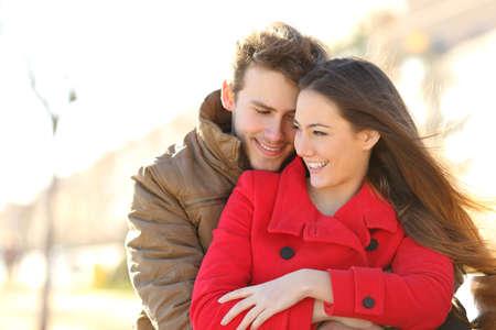 donna innamorata: Coppia incontri e che abbracciano in amore in un parco urbano in una giornata di sole