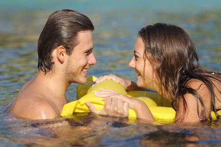 couple bed: Couple en vacances l'été se baigner dans l'eau de la plage et en regardant les uns les autres