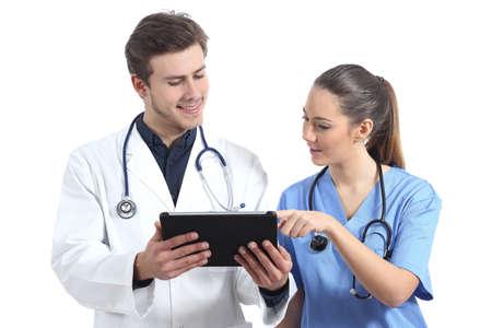 estudiantes medicina: Doctor y estudiante enfermera que trabaja con una tableta aislado en un fondo blanco Foto de archivo