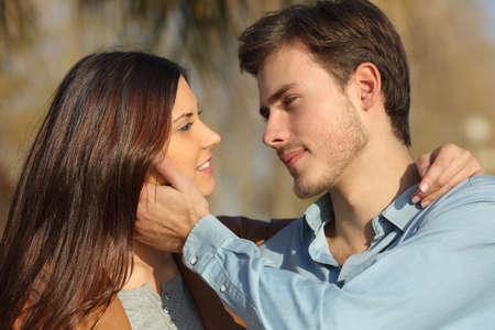 お互いの公園でキスをする準備ができて探して愛のカップル