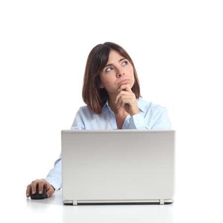 profesionistas: Pensamiento Mujer pensativa mientras est� usando un ordenador port�til y mirando hacia los lados aislado en un fondo blanco Foto de archivo