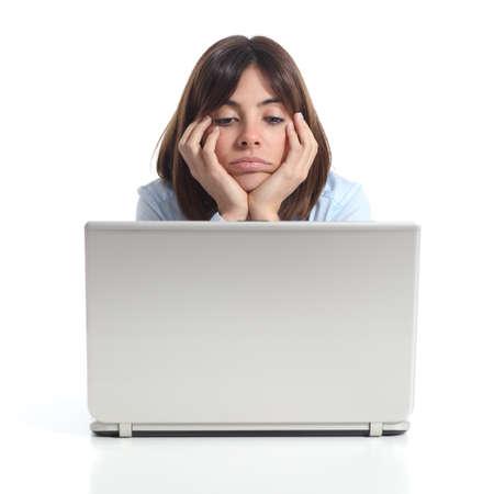 Bored vrouw kijken naar een laptop geïsoleerd op een witte achtergrond
