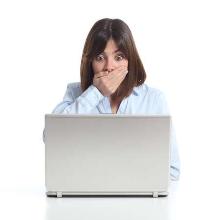 Bezorgd vrouw kijken naar een laptop die op een witte achtergrond