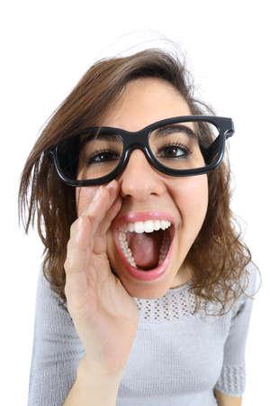 persona llamando: Funny girl gritando y llamando con su mano en la boca aislado en un fondo blanco