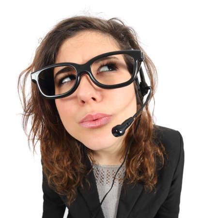 poner atencion: Pensamiento agente operador de telefonía divertido y mirando hacia los lados aislado en un fondo blanco