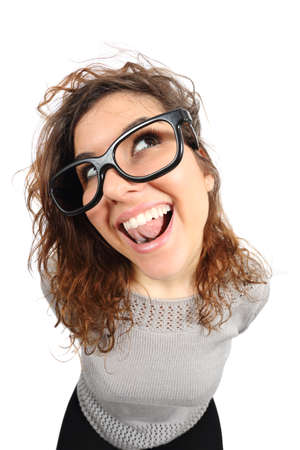 geek: Cantar chica divertida del friki y mirando hacia los lados aislado en un fondo blanco