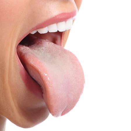 an open mouth: Cerca de una boca de la mujer que pega la lengua aislada en un fondo blanco