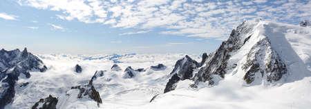 흐린 하늘 파노라마 눈 덮인 높은 산 등반 풍경