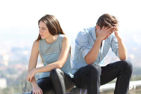 personas discutiendo: Bad girl discutiendo con su concepto de ruptura pareja con la ciudad en el fondo Foto de archivo
