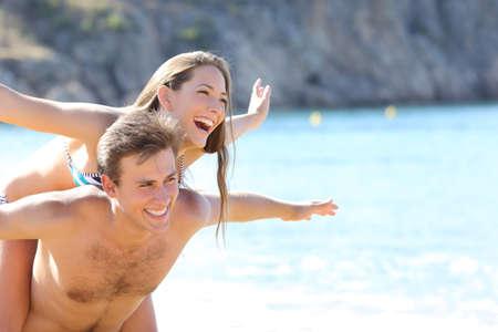 vacaciones en la playa: Romántica pareja feliz jugando en la playa en las vacaciones de verano
