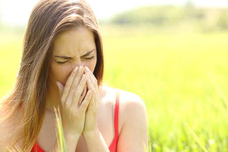 tosiendo: Mujer con tos alergia en un campo de color verde en verano