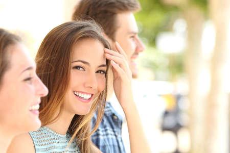 dientes: Mujer de la belleza con sonrisa y dientes blancos entre amigos en la calle