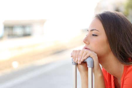 transportation: Bored femme attendant le transport retardée dans une gare Banque d'images