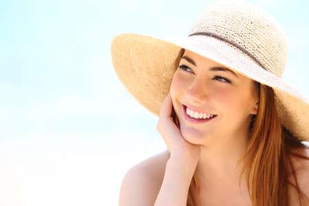 Schoonheid vrouw met witte tanden glimlach zijwaarts op zoek Stockfoto