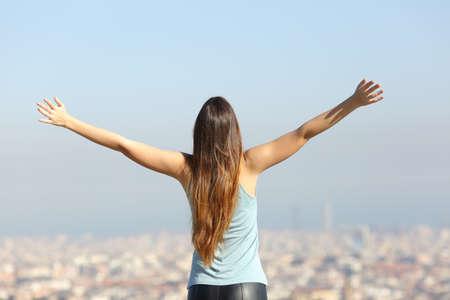 도시 풍경을보고 팔을 제기 행복한 관광 여자의 다시보기