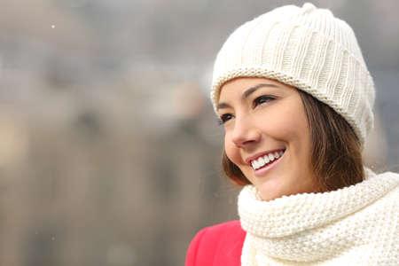 dents: Bonne fille candide avec des dents blanches et un sourire parfait chaleureusement habillés en hiver Banque d'images