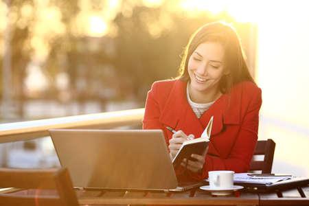 reportero: Feelancer trabajar con el portátil en las notas de invierno tomando en un programa al aire libre