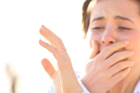 anillo de boda: Mujer llorando mientras ve un anillo de compromiso después de la propuesta en un día soleado