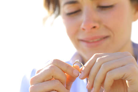 soledad: Triste novia llorando mientras mira su anillo de compromiso