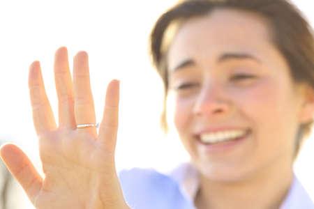 Gelukkig vrouw die een verlovingsring na het voorstel in een zonnige dag
