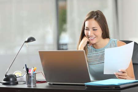 aprendizaje: Estudiante que estudia o empresario que trabaja con un ordenador portátil y notas en casa Foto de archivo