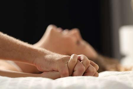 sex: Close-up profiel van een echtpaar seks op een bed thuis in de nacht