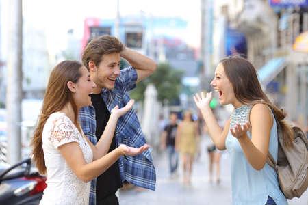 Drie gelukkige vrienden ontmoeten in de straat van een grote stad