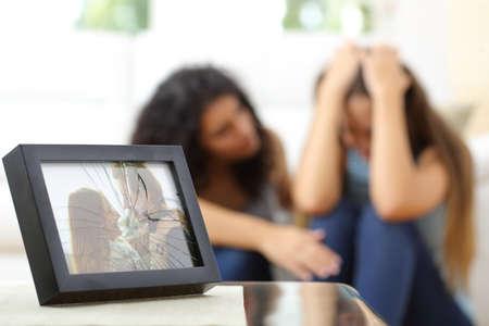 mujer triste: Esposa triste después de una ruptura con un amigo consolándola en la sala de estar