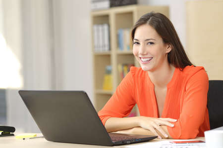 사무실이나 집에 앉아 카메라를보고 행복 기업 또는 프리랜서 스톡 콘텐츠