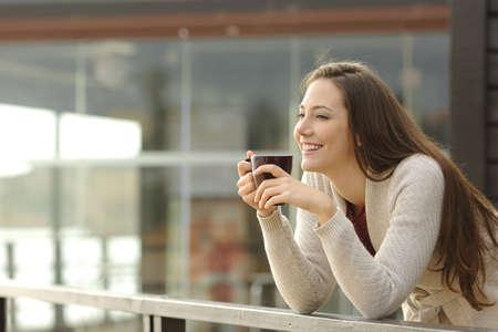 Portrait einer glücklichen Frau Denken und Wegschauen beim Frühstück im Urlaub mit einem Resort oder Hotel am Strand im Hintergrund