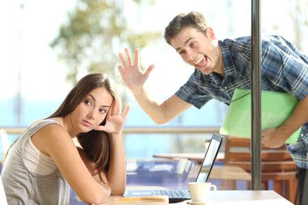 mujer fea: Chica ignorar y rechazar a un hombre acosador ella ondeando en una tienda de café en una cita a ciegas